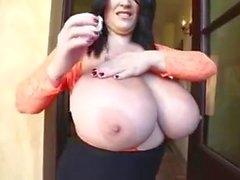 De Leanne Corbac frotte Lotion pour En de ses seins D'immenses