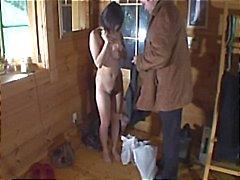 Japanese girl ist ein Versand Hure, die auf den Boden festgenagelt erhält