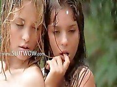 hungriga tjejer i regnet