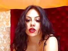 Latina försöker dölja hennes stora saftiga bröst och fitta