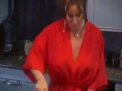 Big boobs stepmom tekee aamiaista hänen stepsonsa OSA 1