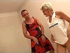 Camlarda sakızlı Büyükanne İki Cocks ile oynatır