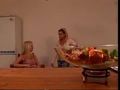 De la muchacha compañeros de piso calurosos disfrutar de poco de diversión Lesbian en su casa