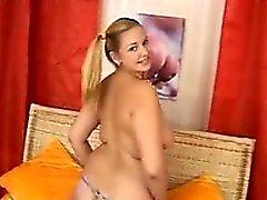 Fett und geil Blonde Mädchen mit einem Spielzeug