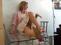 Äldre blond brud strippning på glasskiva