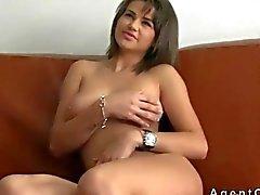 Reizvoller Busty Brunettefrau fucking auf einer Couch