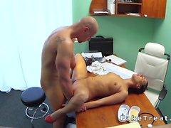 Chauve homme baise infirmier de caméra de sécurité en