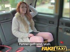 FakeTaxi Redhead avec la grosse chatte poilue