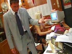2 soumises baisees au boulot