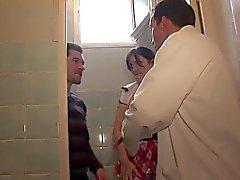 Hot koulutyttö Suihinotot WC- Anal syvä luokkahuoneessa A75