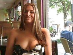 Patricia hot milf med solglasögon blinkande bröst offentligt och köpa bananer