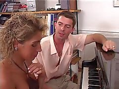 baisee sur le piano