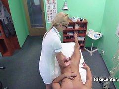 Infirmière avide de cock baise le patient
