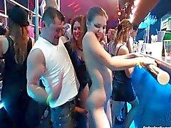 Sexy lesbianas bailando en el club