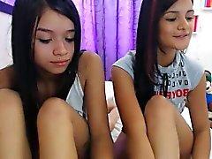 Kahden provosoiva nuorille tytöille asettamaan niiden ihmeellisiä käyrät