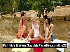 Naughty brunette en blonde lesbos zoenen en krijgen naakt in een drie manier lesbo orgie