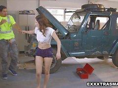 ExxxtraSmall - Het tonåring knullade av mekaniker