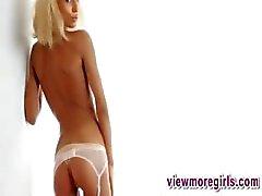 Magere blonde tiener kutje diep geploegd in haar witte kousen