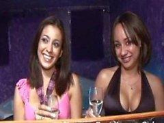 Nikki Vee und die Jessa Lee zu betrinken und ficken einen Kerl in einer Bar .