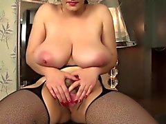 big babe boobed belles lèvres chatte poilue masturbe avec dido