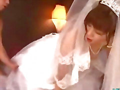 Азиатская девушка в свадебное платье выебанная к 2 парней Facials на кровати кенгуру