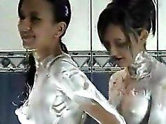 Menina latina que adoro brincar com Sabonete