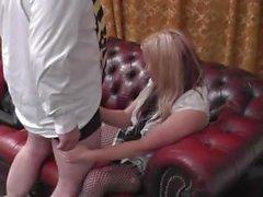 Faculdade-menina Kaz recebe sua buceta lambeu no sofá por pre-histórico Diretor