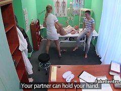 Infirmière regarder chaud couple baiser