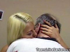 Bystig tonåring suger sin gamla tränare smutsigt meatbone