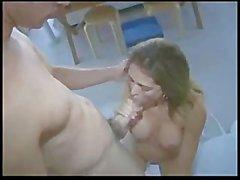 Maman chaude de Monique Fuenetes joue avec un Boy - de jouet