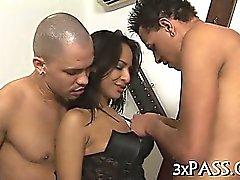 Dos hombres se bilaterales y caliente mujer