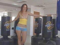 Emilie 18 ans taquinerie dans la salle de fitness
