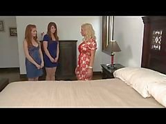 Mogen kvinna och två unga lesbiska