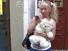 Älskling öppnar hon fittan för att lärarna hårt borr