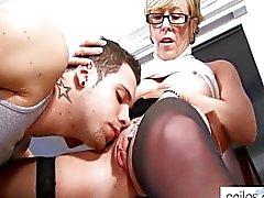 La abuelita caliente seduzca alumno