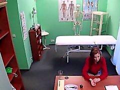 Redhead Euro Student fickt Arzt in gefälschten Krankenhaus