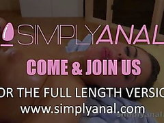 Anal Sex - brunett Nikki Waine tar en creampie i hennes röv