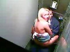 Bir kulüp tuvalete beceriyorduysa başka genç çift