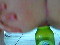 Modella la riproduzione con bottiglia