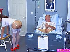 Dark Brown Infirmière suce un bouton massif patient et recevoir baise à l'intérieur