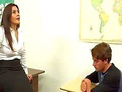 Milf öğretmen çocuğu yardımcı oluyor