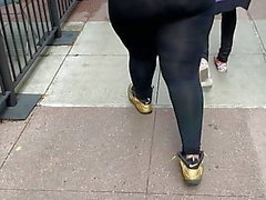 Ghetto bottino breve cagna capelli biondi in leggings neri