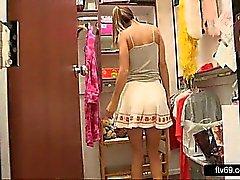 Härligt tonårsbrud i sexig klänning och vita trosor gör upskirt