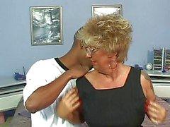 Traspasado Niples del tatuaje de Granny in Medias Fucks