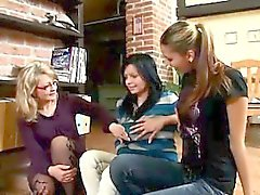 Linda , de Marie et les leur enseignante branler des escaliers