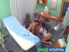Faux hôpital infirmière sexy rejoint le médecin et le nettoyant pour triolisme