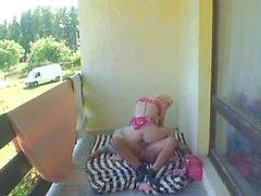 gammal man barn flicka som - granpa Mireck könsbestämmer på balkongen