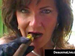 Fumer Hot Cougar Deauxma Bangs sa chatte et son cul avec un cigare