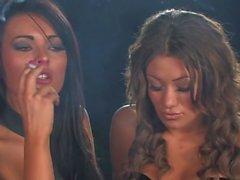 Fetiş iç çamaşırı sigara kızlar