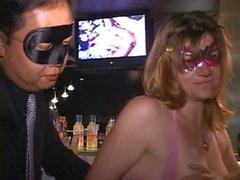 Mamelon rose du MILF Anne craint seins con et robinet au barre trapèze club